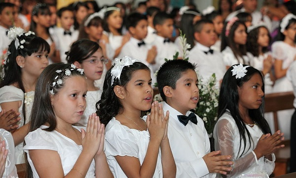 Celebrating_the_First_Communion_-_Celebrando_la_Primera_Comunión