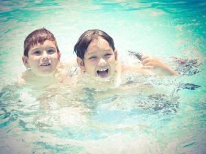 como-contratar-una-minidisco-en-la-piscina