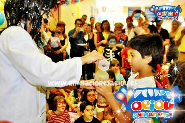 Entretener a los niños con juegos en una fiesta de comunión