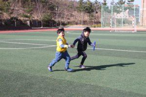 Entretener a los niños mayores en competencias para fiestas infantiles