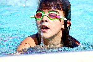 Juegos para fiestas infantiles en la piscina-niña